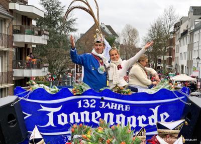 """Umzug der Tonnengarde am """"Tonnensonntag"""" und anschließendes Tonnenrennen in Niederkassel am 3. März."""